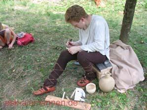 Wilfilo beim Runenritzen