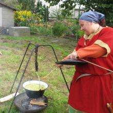 Frieda beim Kochen, Horb-Altheim 2013