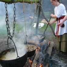 Vorbereitung zum Festmahl, Allthing, Gomadingen 2008
